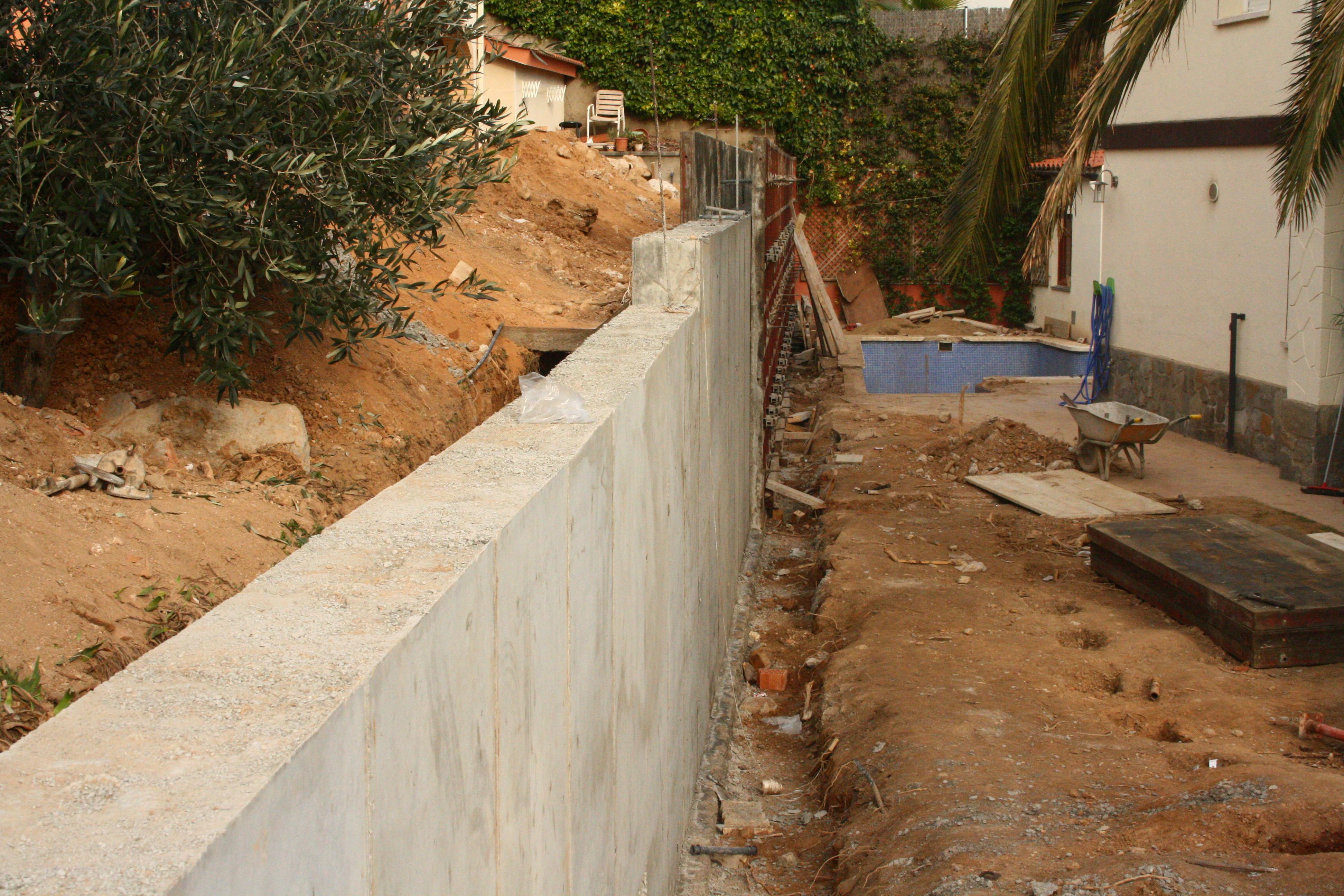 Excavaci n para la colocaci n de un muro entre parcelas construcci n de viviendas y reformas - Bloques para muros ...